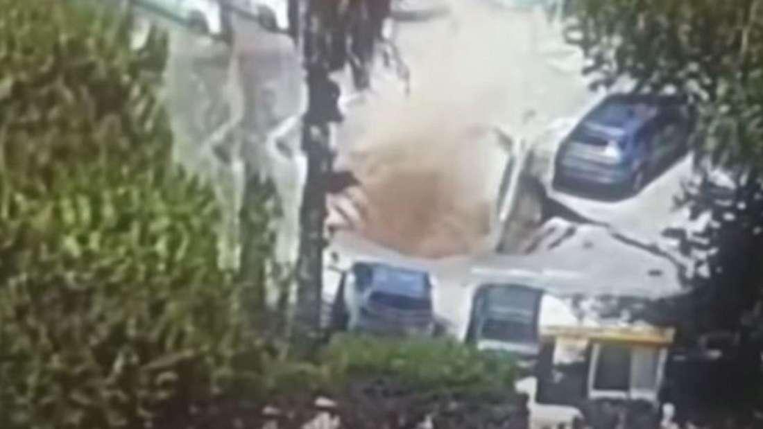 Ein Erdloch tut sich auf einem Parkplatz vor einem Krankenhaus auf und reißt Pkw in die Tiefe.
