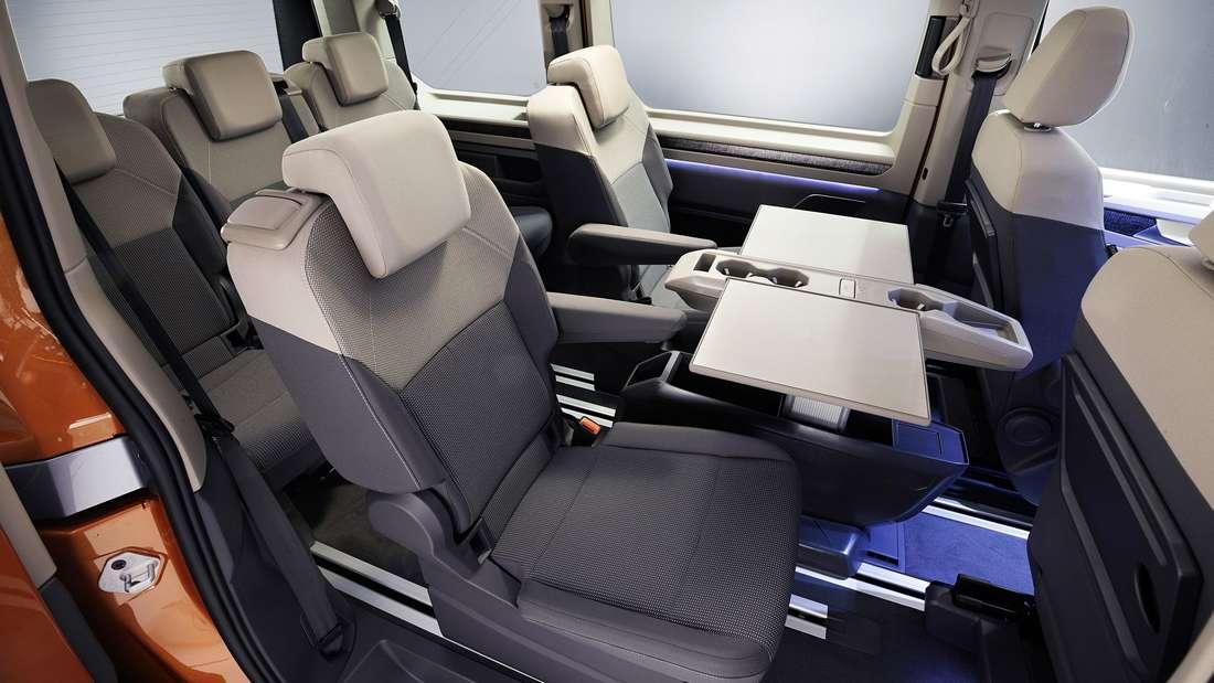 Der hintere Teil des Innenraums im VW T7 Multivan
