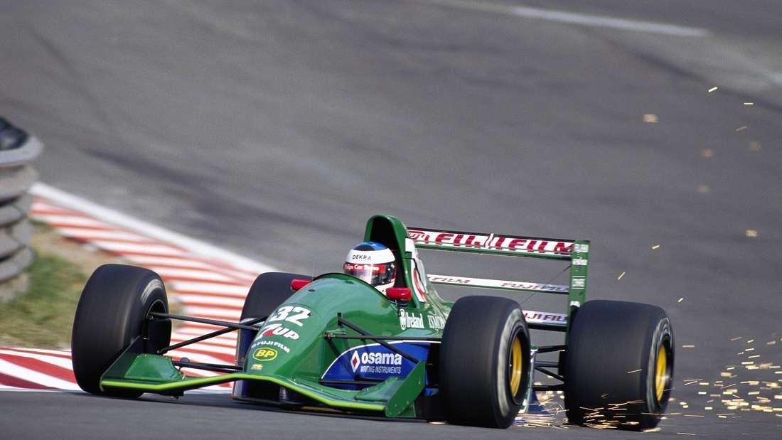 Michael Schumacher fährt im Jordan 191 durch eine Kurve und erzeugt dabei Funkenflug.