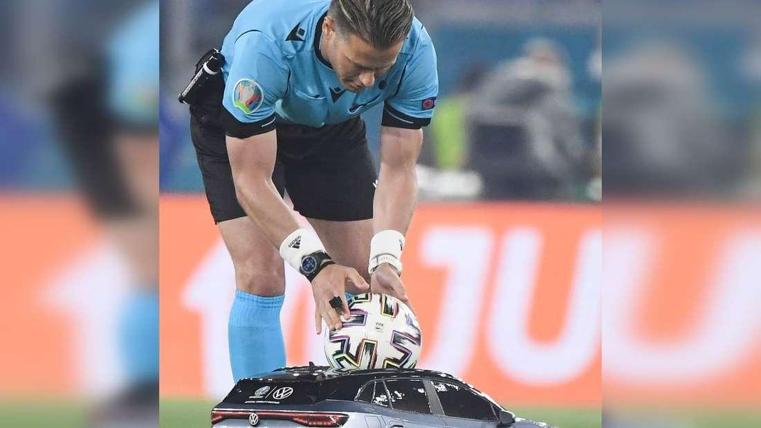 Der offizielle Ball wird vor dem Spiel mit einem ferngesteuerten VW-Modellauto an Schiedsrichter Danny Makkelie übergeben.
