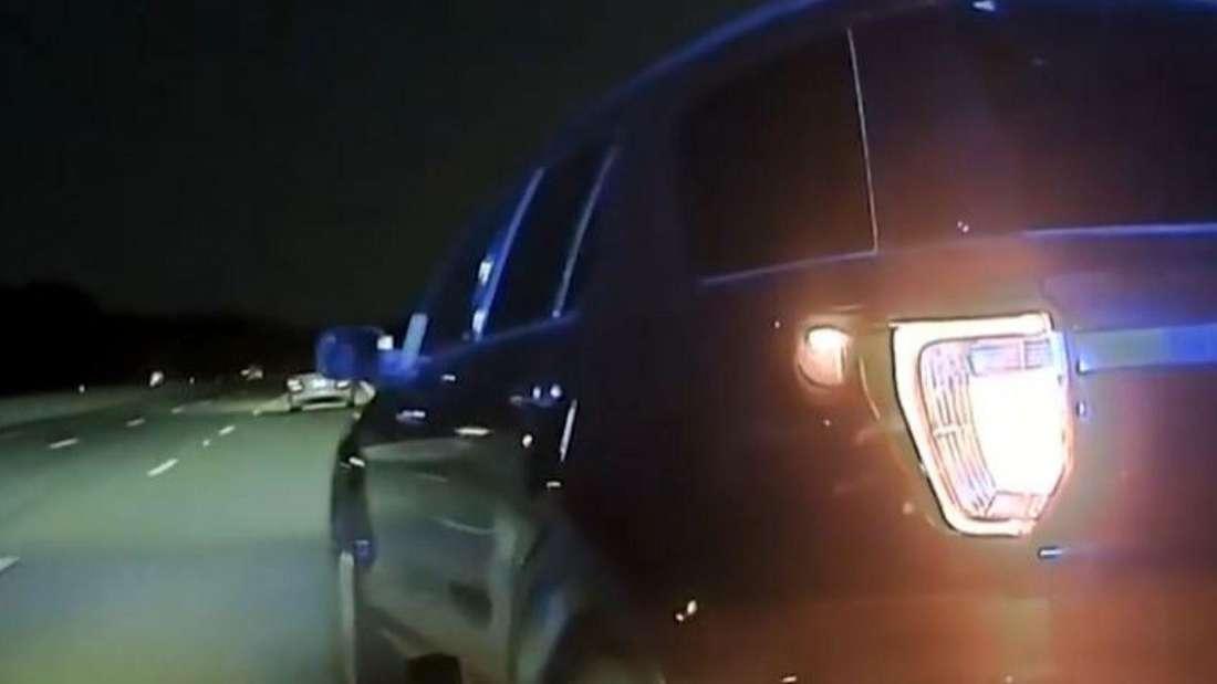 Eine Polizei-Dashcam zeigt, wie eine Streife einen vor sich fahrenden SUV rammt.