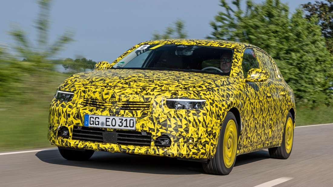 Getarnter Opel Astra, fahrend