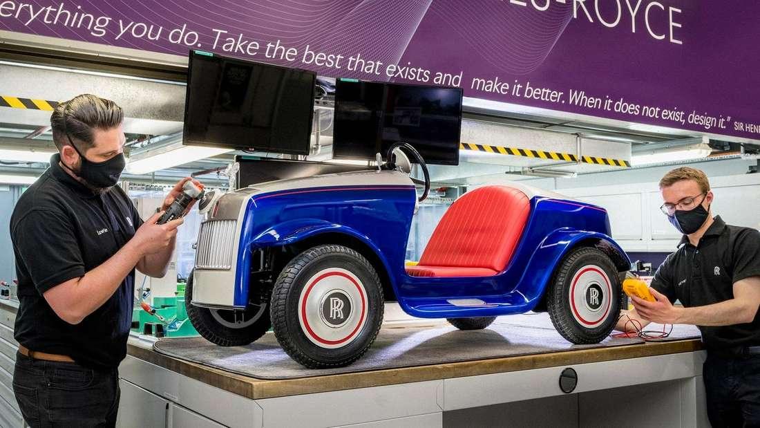 Zwei Mitarbeiter von Rolls-Royce widmen sich akribisch dem Modell SRH.