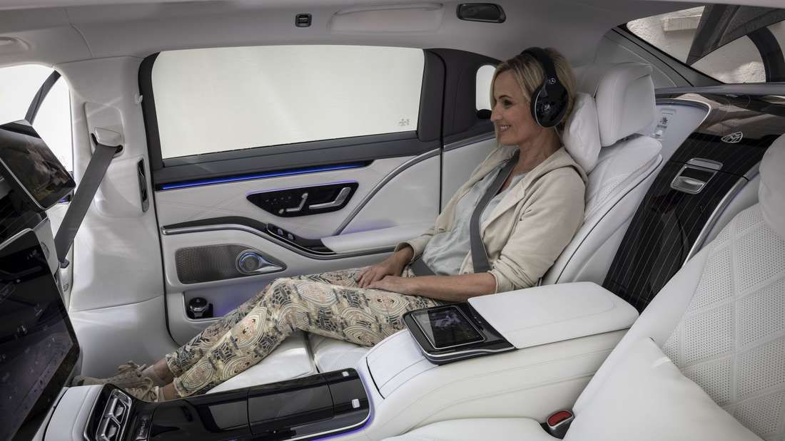 Passagierin im Fond des Mercedes-Maybach S 680