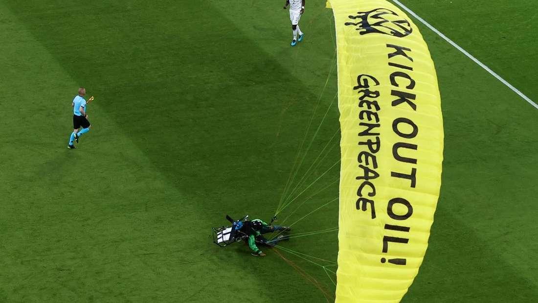 Ein mit einem Motorschirm abgestürzter Greenpeace-Aktivist im Münchner EM-Stadion beim Spiel Deutschland gegen Frankreich