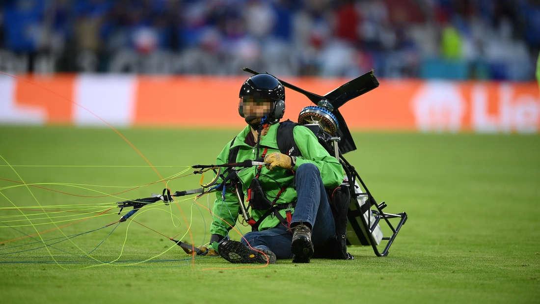 Der mit einem Motorschirm abgestürzte Greenpeace-Aktivist im Münchner EM-Stadion beim Spiel Deutschland gegen Frankreich