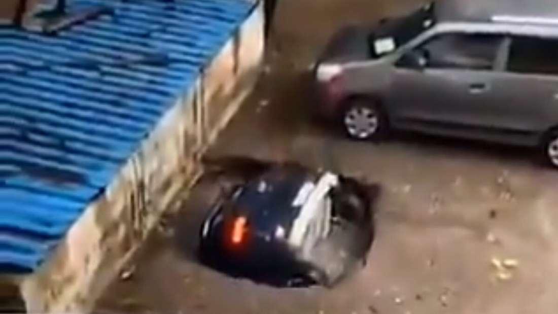 Der Hyundai Venue versinkt in einem alten Brunnenschacht.