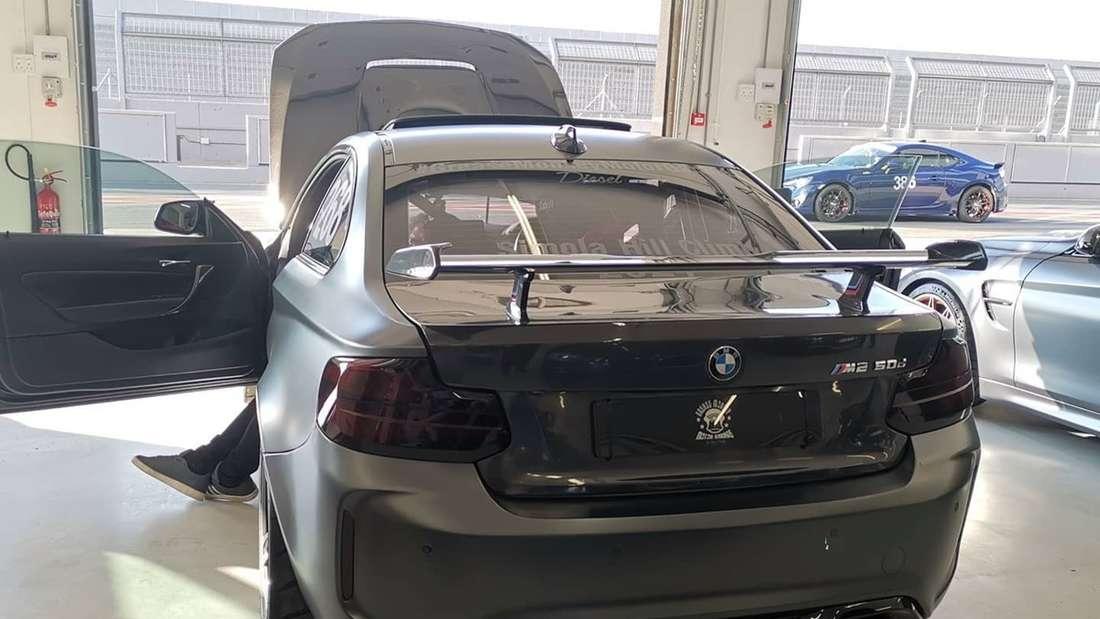 Heckansicht des getunten BMW M2 50d in einer Box