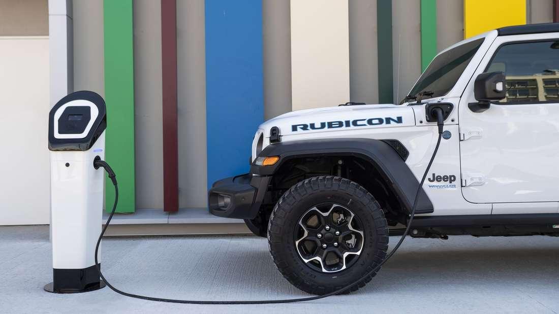 Jeep Wrangler 4xe Rubicon an Ladesäule