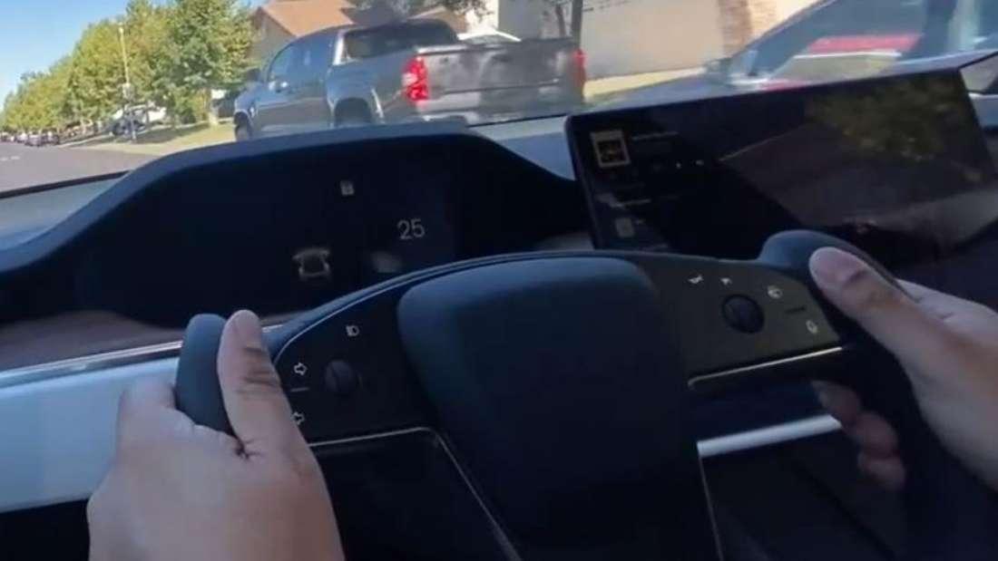 Ein Fahrer fährt ein Tesla Model S Plaid mit dem neuen Yoke-Lenkrad.