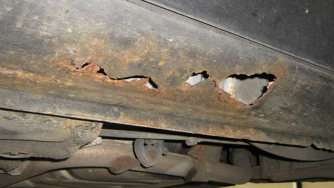 Durchgerostetes Blech am Seitenschweller des Ford Mondeo