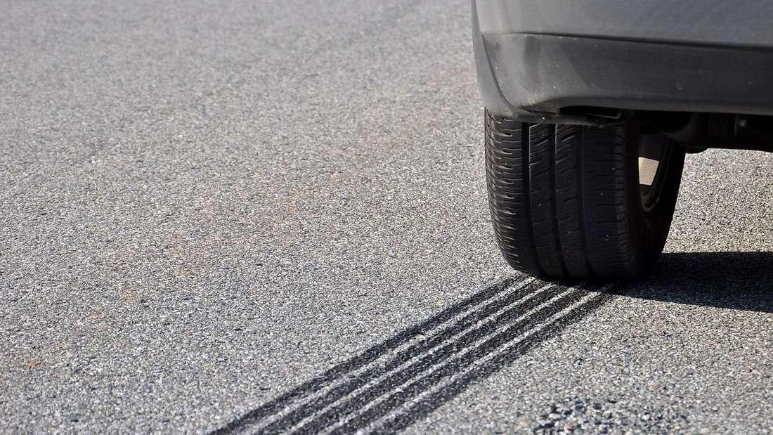 Bremsstreifen eines Autos auf Asphalt (Symbolbild)
