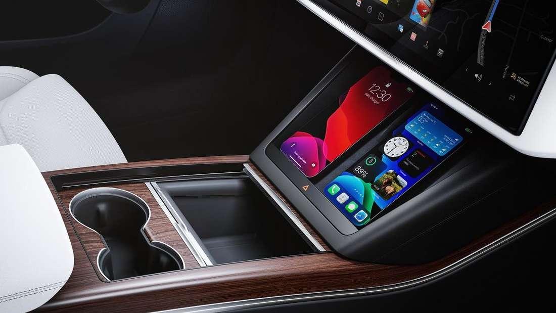 Die Mittelkonsole im Tesla Models S Plaid mit Smartphone-Ladeplätzen und Touch-Bedienleiste
