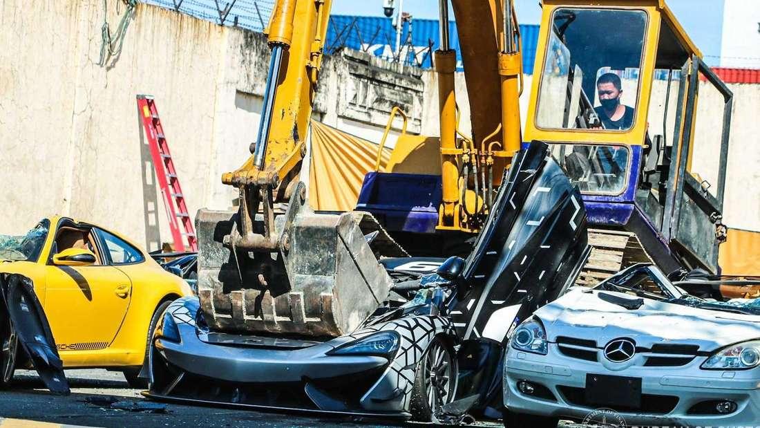 Zerstörung illegal importierter Pkw auf den Philippinen