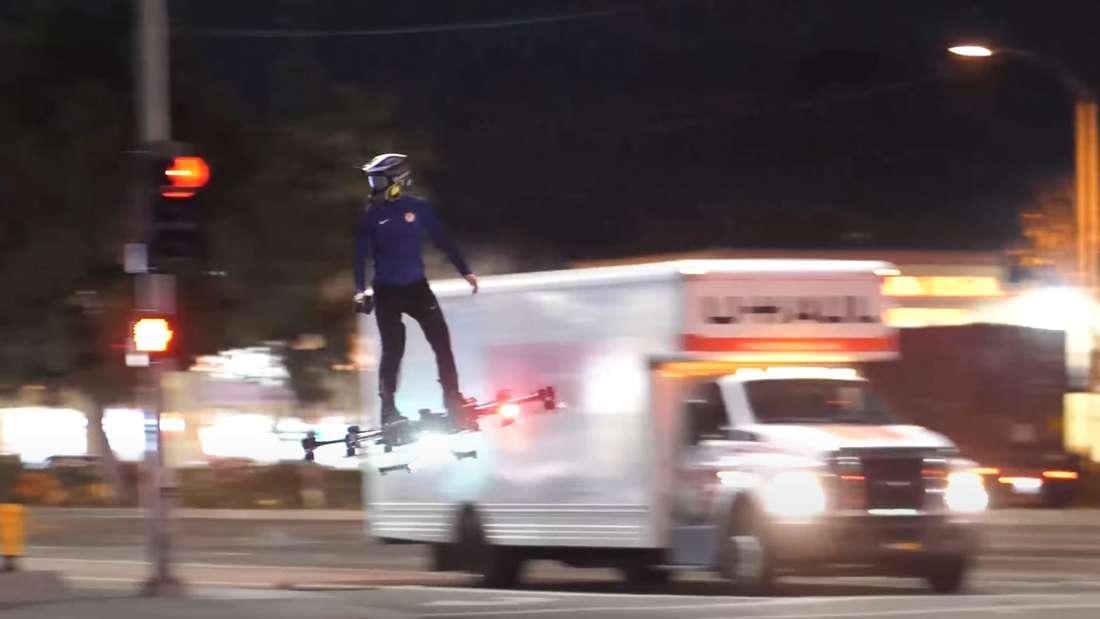 Szene aus YouTube-Video: Hunter Kowald auf einem Hoverboard