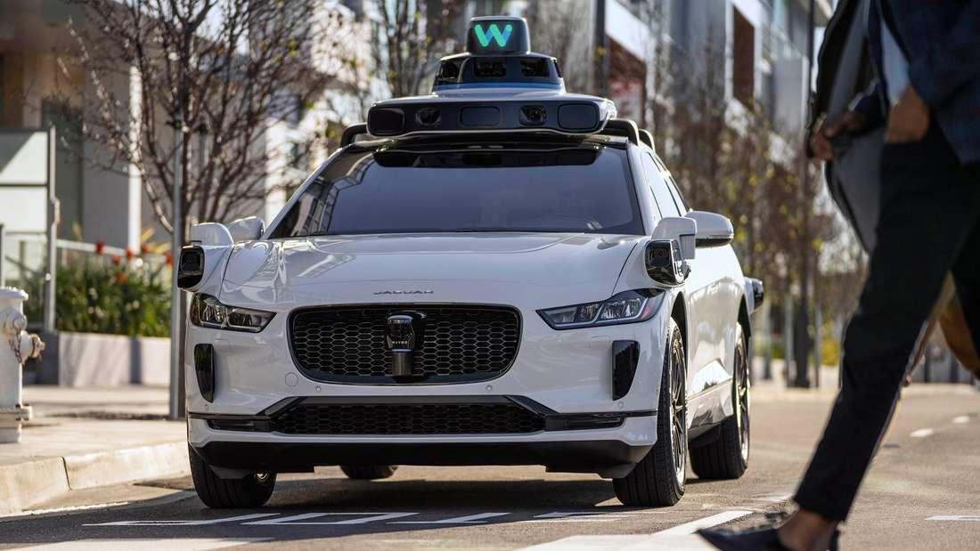 Ein Jaguar I-Pace fährt als Waymo Roboter-Taxi durch eine Straße. (Symbolbild)