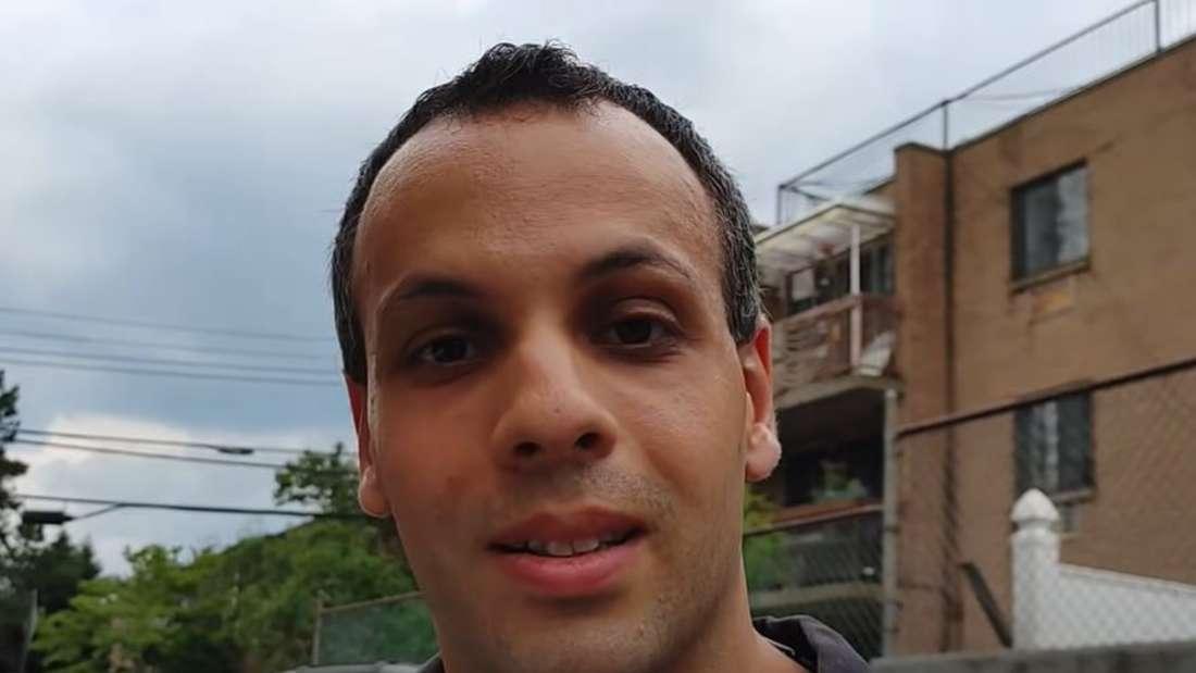 Reparatur-Experte und YouTuber Louis Rossmann steht in einer Straße.