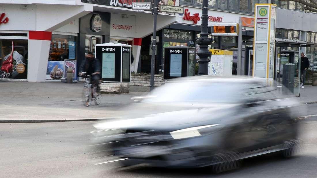 Auto mit überhöhter Geschwindigkeit