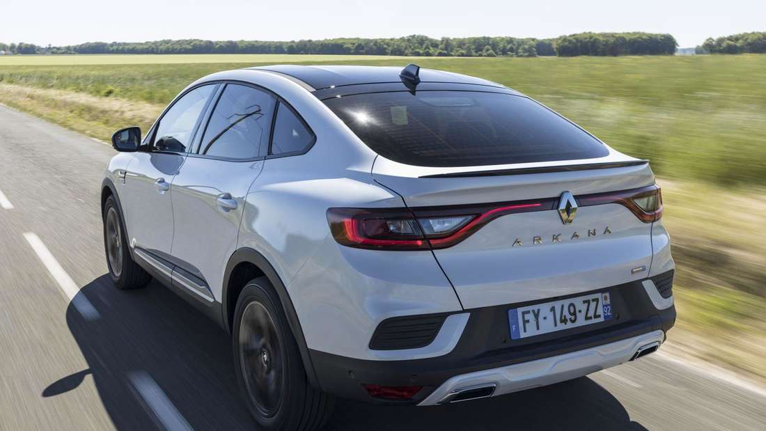 Renault Arkana E-Tech Hybrid 145, fahrend, von seitlich hinten