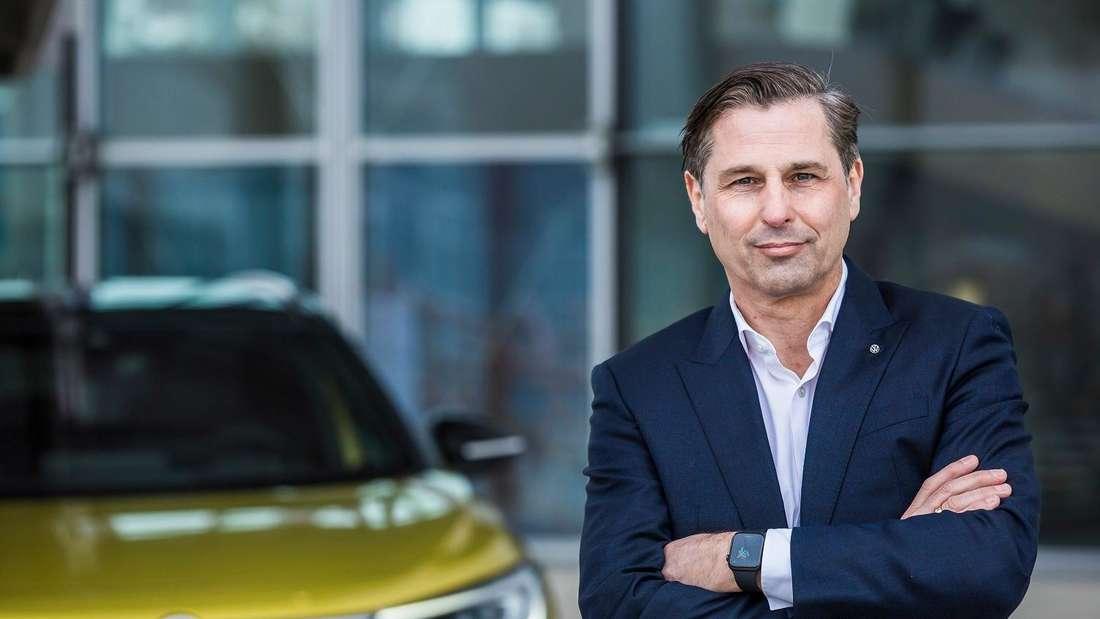 Klaus Zellmer, der VW-Vorstand für Marketing und Vertrieb, steht vor einem Volkswagen-Modell.
