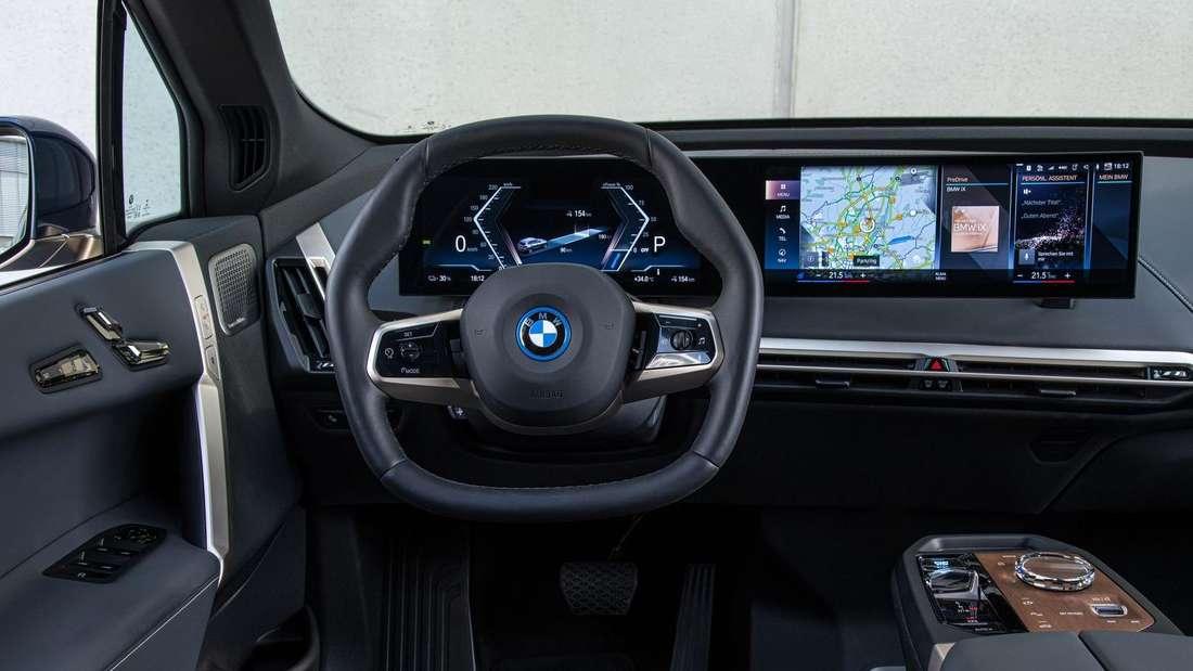 """Das Cockpit eines BMW iX Prototypen mit """"Curved Display""""-Bildschirmen"""