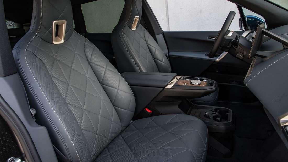 Die beiden Vordersitze in einem Prototypen des BMW iX von der Beifahrerseite aus betrachtet