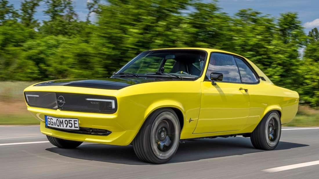 Ein knallgelber, vollelektrischer Opel Manta von rechts vorne