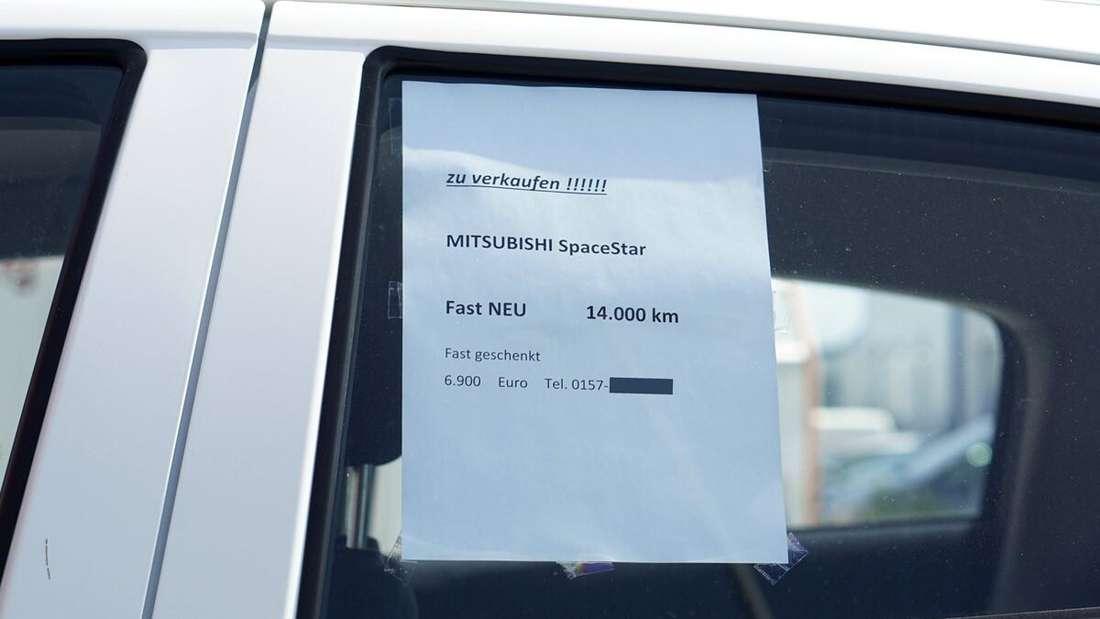 Ein Auto hat einen Handzettel mit Verkaufsangebot auf der Scheibe. (Symbolbild)