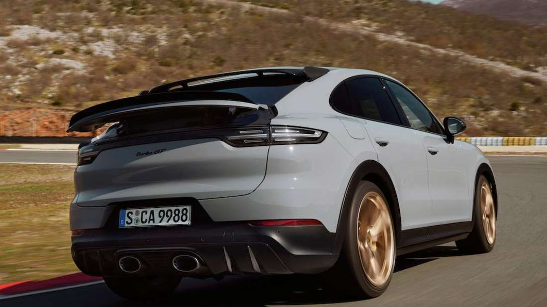 Der Porsche Cayenne Turbo GT von schräg hinten