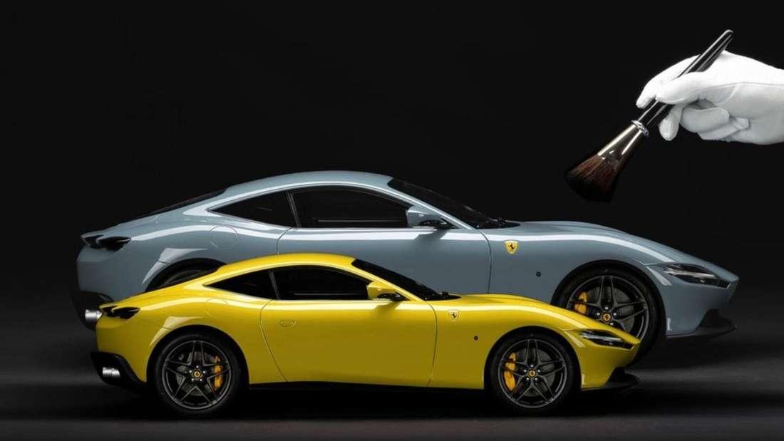 Zwei Modellautos des Ferrari Roma in Gelb und Grau.