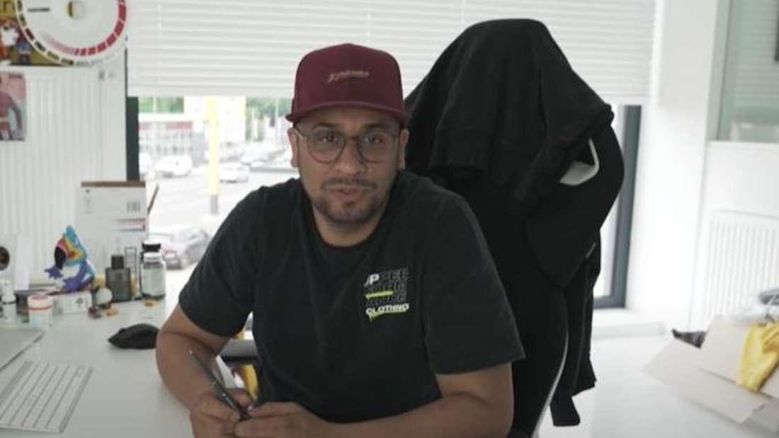 """Der Dortmunder Tuning-Unternehmer Jean Pierre """"JP"""" Kraemer sitzt in seinem Büro am Schreibtisch."""
