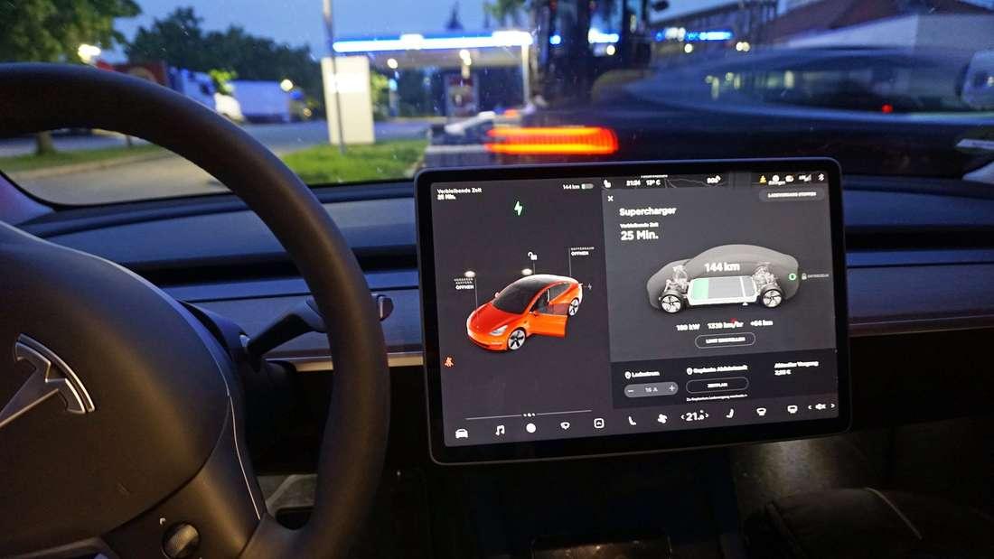 Blick auf den Touchscreen des Bordcomputers eines Tesla Model 3.
