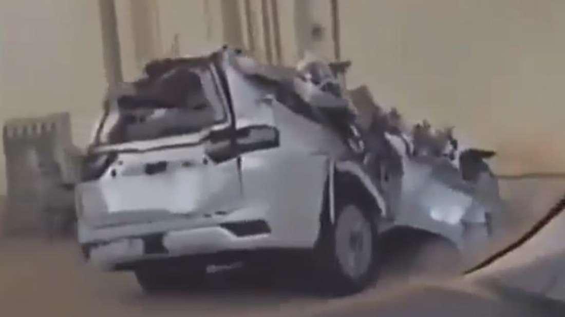 Ein Toyota Land Cruiser LC 300 in weißer Lackierung völlig verbeult am Straßenrand