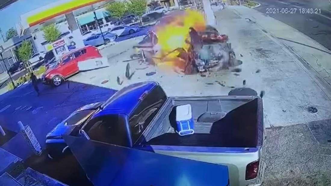 An einer Tankstelle des Shell-Konzerns steht ein Auto in Flammen, nachdem es eine Zapfsäule überfahren und nieder gerissen hat.