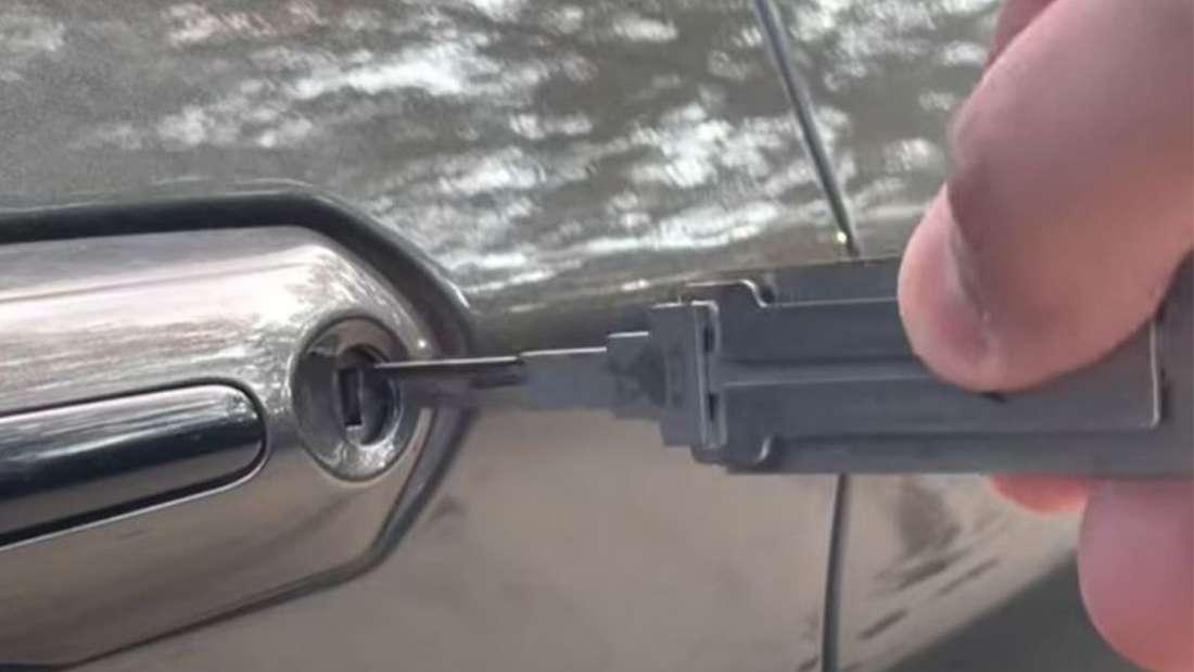 YouTuber bricht mit Werkzeug in eigenes Auto ein.