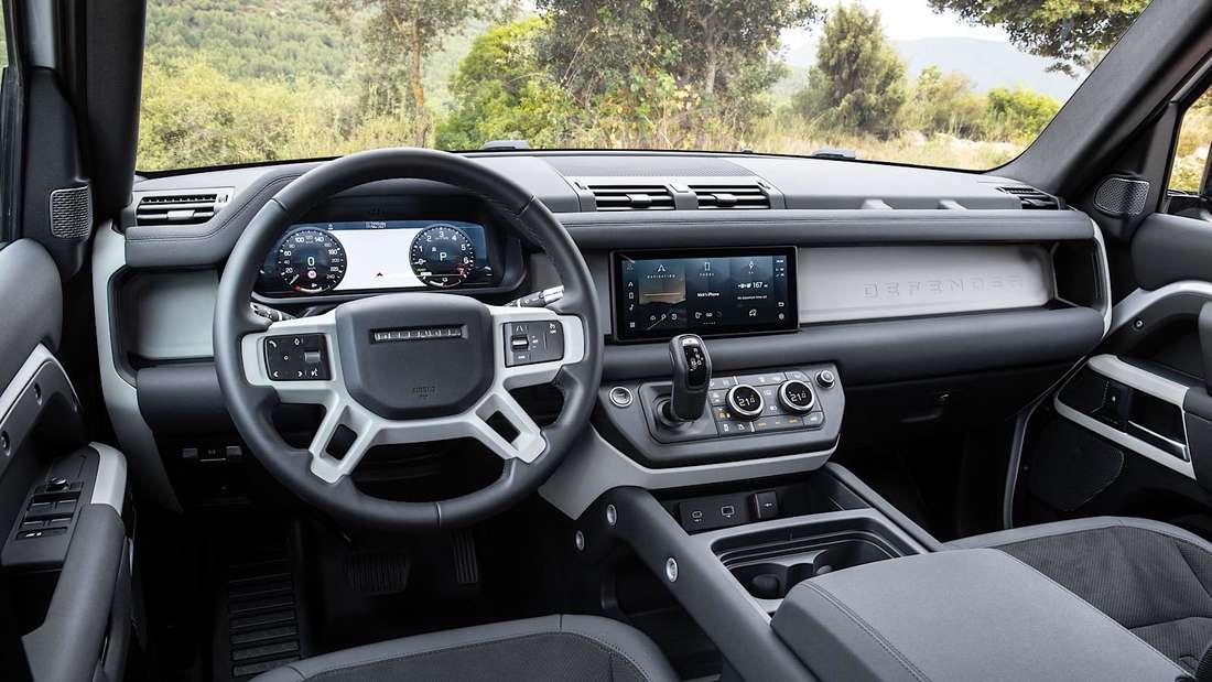 Blick ins Cockpit eines Land Rover Defender PHEV
