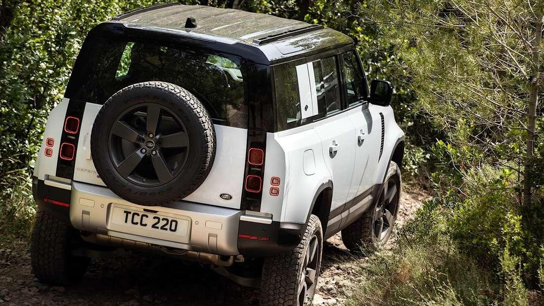 Ein Land Rover Defender PHEV im Gelände