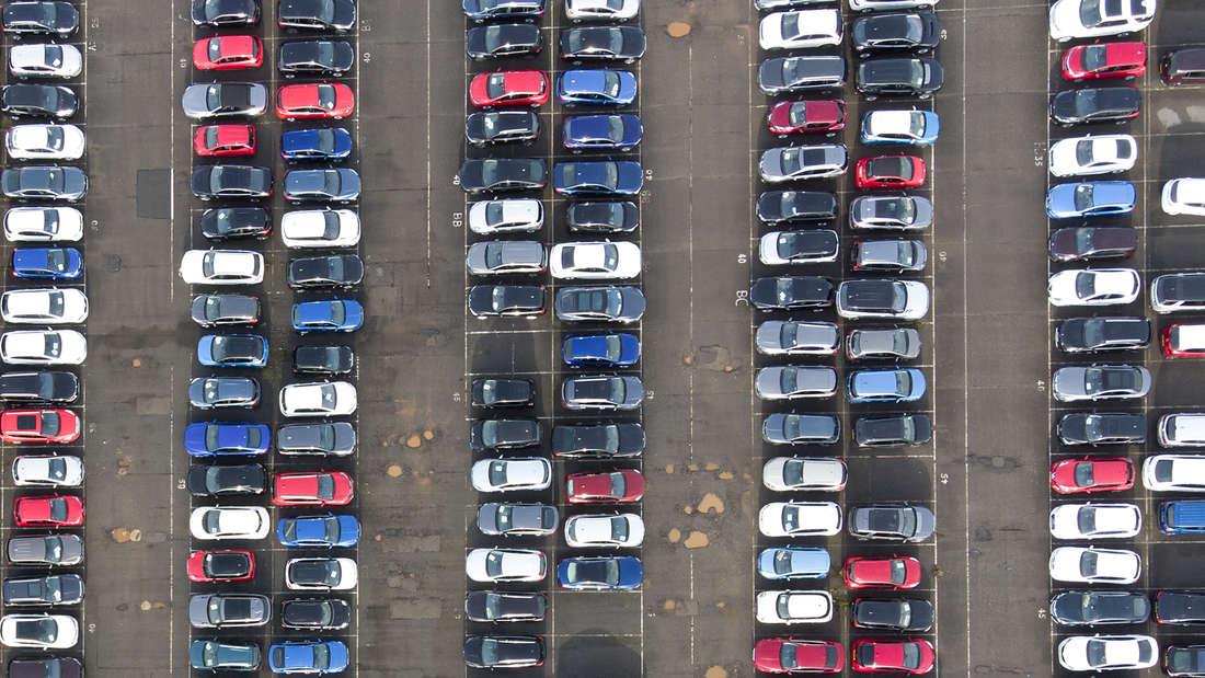Autos parken auf dem Parkplatz eines Autolagers. (Symbolbild)