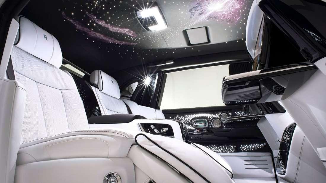 Ein Rolls-Royce Phantom von innen mit einem Dachhimmel mit Sternen