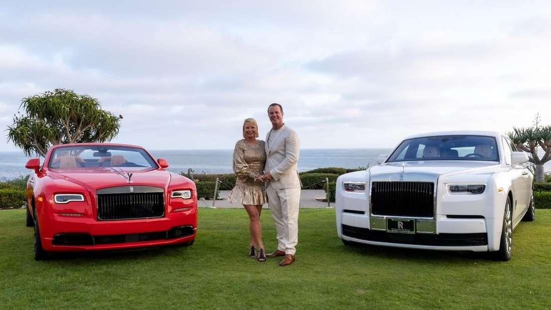 Glenn und Gigi Moss inmitten ihrer Rolls-Royce Phantom und Dawn.