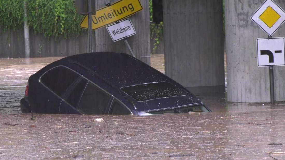 Auto treibt durch eine Unterführung. (Symbolbild)