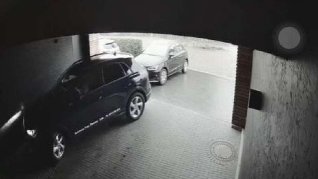 Ein Audi-SUV wird von einer Überwachungskamera in einer Garage beim Ausparken gefilmt.