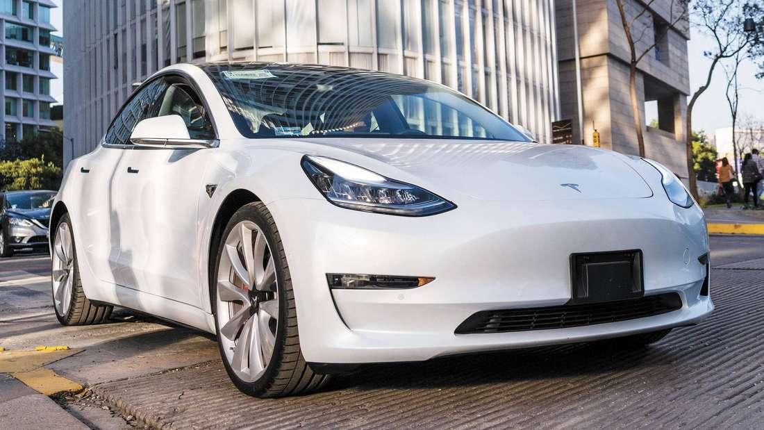 Ein weißes Tesla Model 3