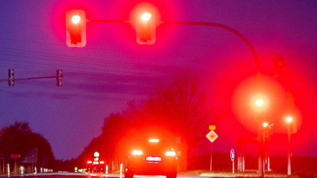 Ein Auto steht am frühen Morgen an einer Ampel an einer Straßenkreuzung. (Symbolbild)