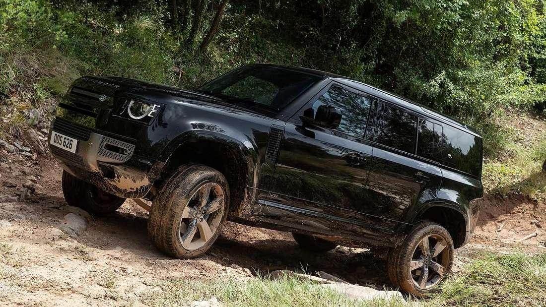 Ein Land Rover Defender im Gelände
