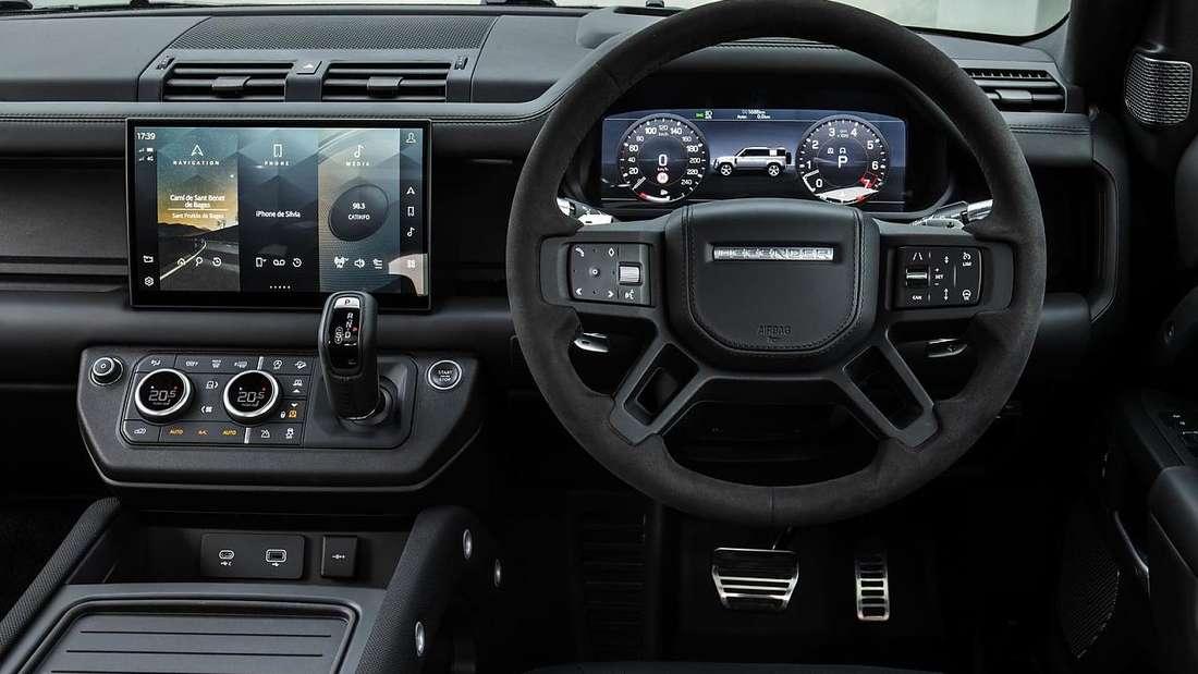 Ein Blick ins Cockpit eines Land Rover Defender