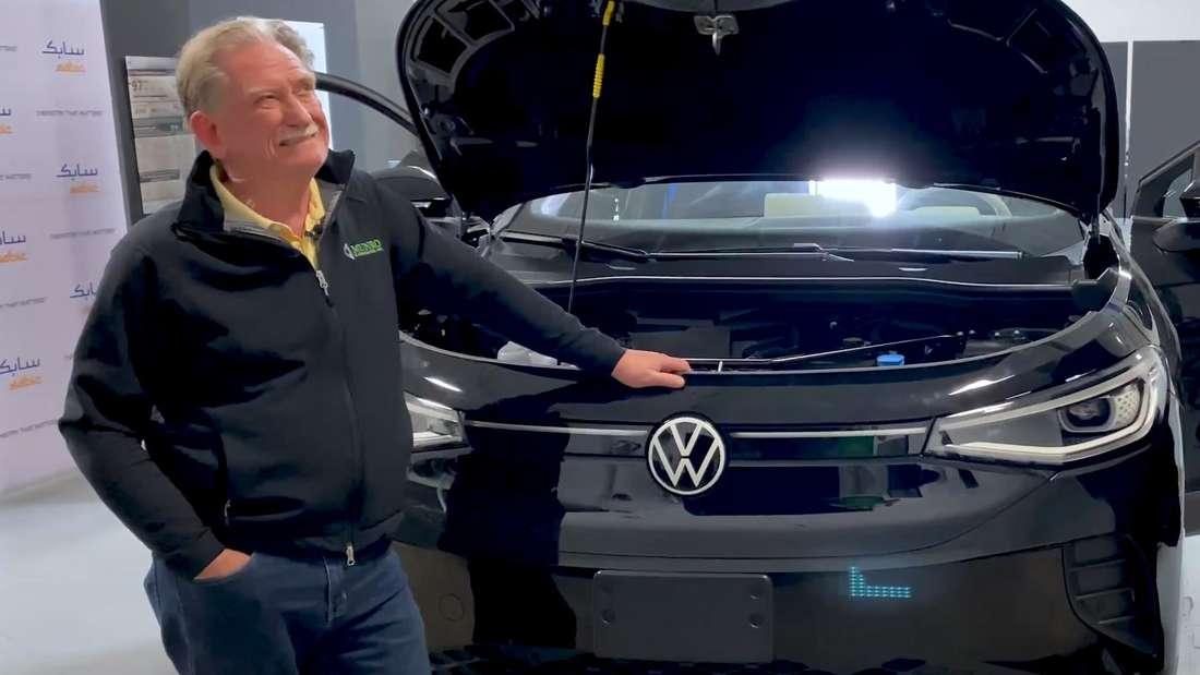 Sandy Munro steht vor einem VW ID.4 mit geöffneter Fronthaube.