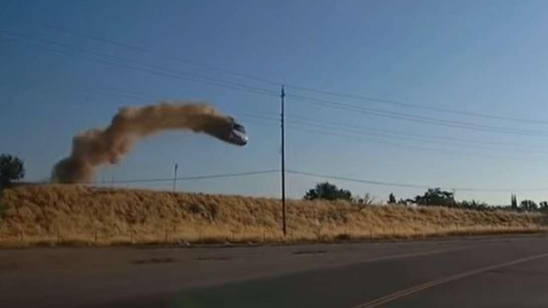 Ein Fahrzeug schießt über eine Böschung hinaus und fliegt mehrere Meter durch die Luft.