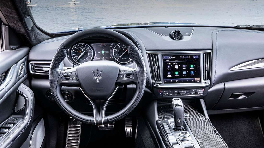 Blick ins Cockpit eines Maserati Levante