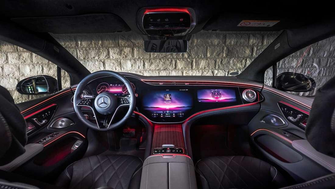 Blick ins Cockpit eines Mercedes EQS